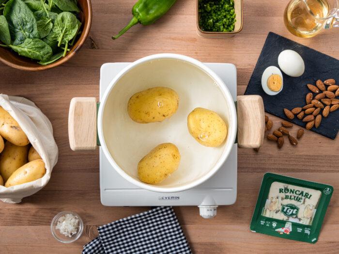 Lavar las espinacas y las patatas