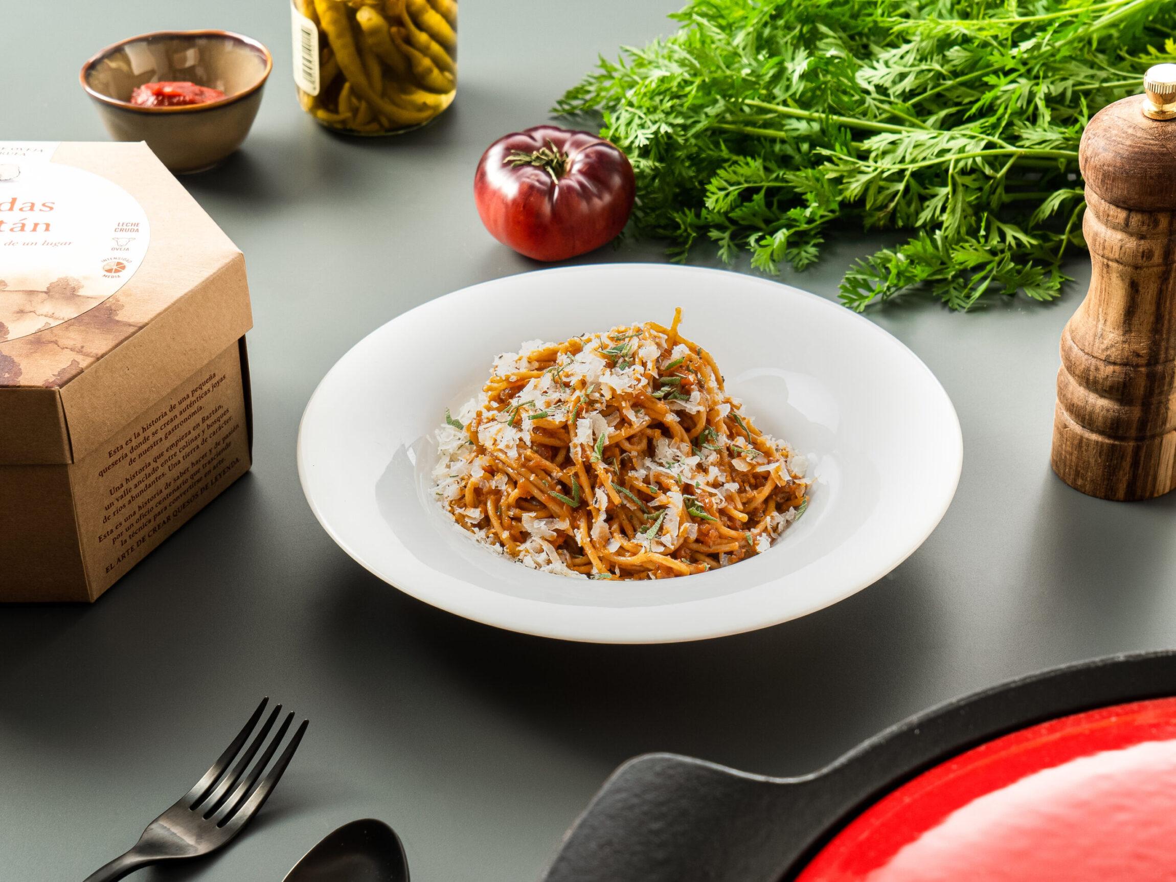 Espaguetis con boloñesa a la cerveza y Leyendas de Baztán con trufa