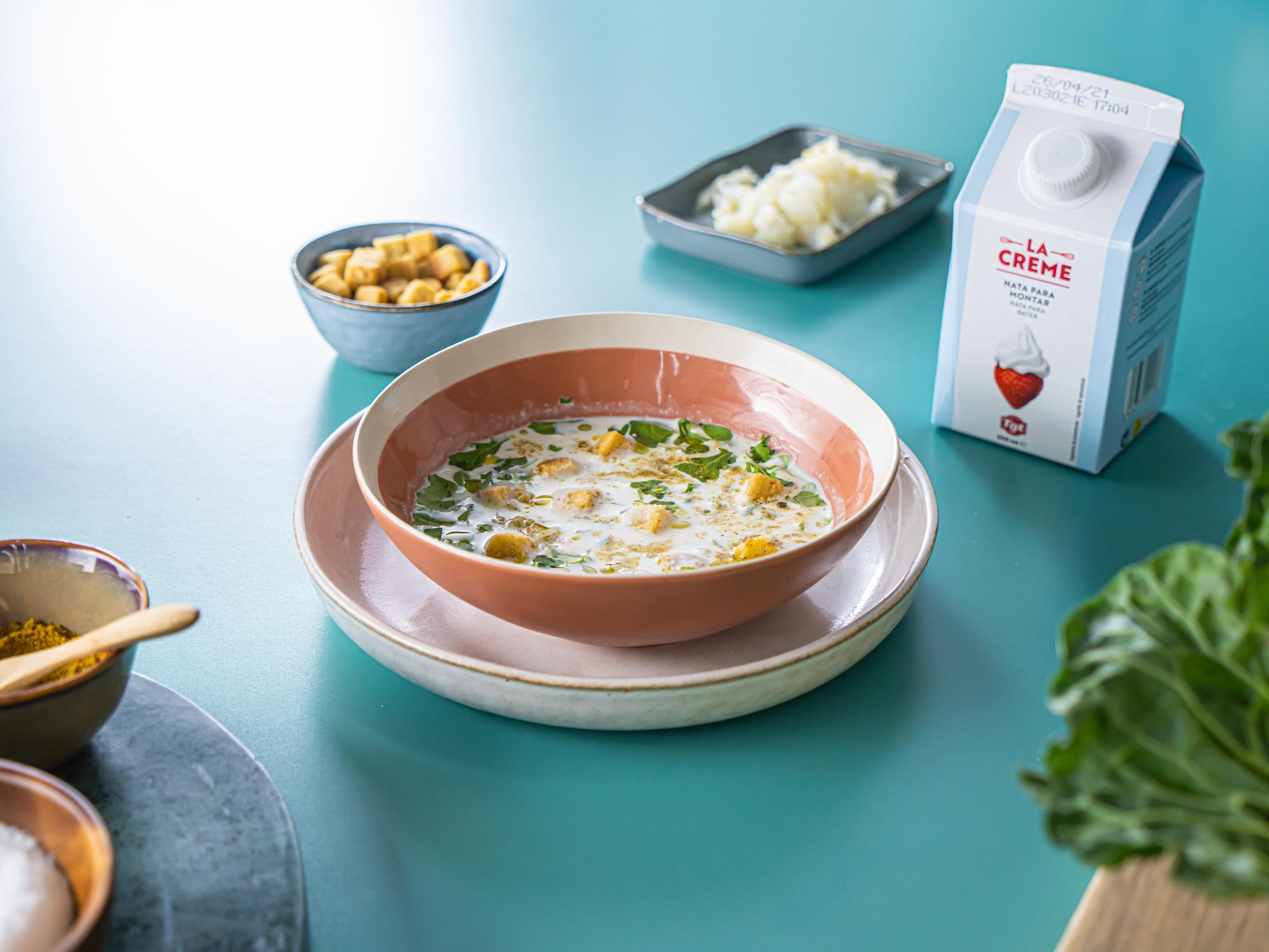 Crema de coliflor al curry con bacalao