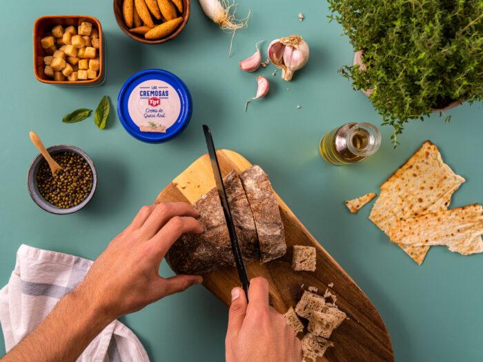 Preparar el pan y los ajos
