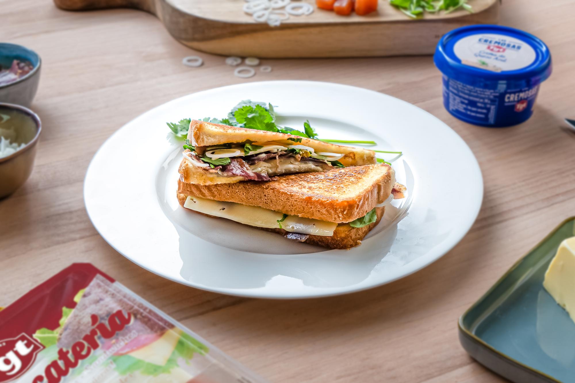 Sándwich de brioche con cecina y queso